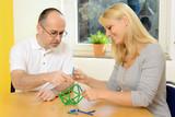 Frau und Therapeut bei Ergotherapie poster