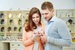 Paar kauft Ring im Schmuckladen