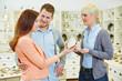 Verkäufer berät Paar im Schmuckladen