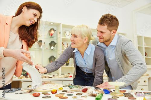 Frau berät Paar beim Juwelier