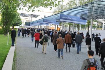 Menschenmenge auf dem Weg zu einer Messe