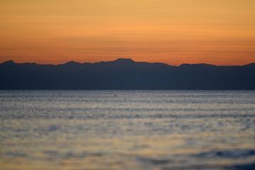 Sonnenuntergang, Meer und Berge
