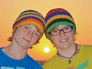 Zwei Jungen mit Sonnenuntergang