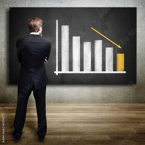 Geschäftsmann und fallendes Diagramm