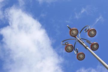 Réverbères en ville, ciel bleu en arrière-plan