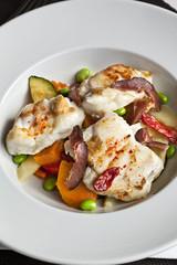 Plat de lotte avec légumes et magret de canard