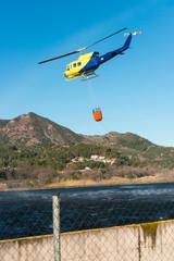 Helicóptero Volando Con Cesta