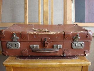 Старинный картонный чемодан на винтаж стуле