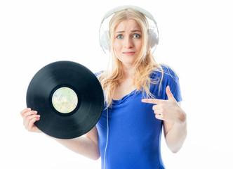 Mädchen zeigt auf Schallplatte
