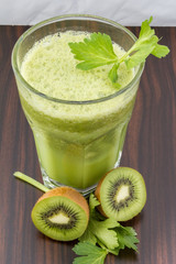 Rucola-Sellerie-Kiwi-Smoothie