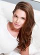 Portrait d'une jolie jeune femme brune allongée