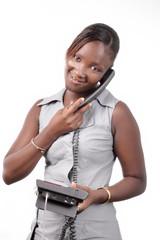 jeune femme tenant son poste de téléphone dans la main 2