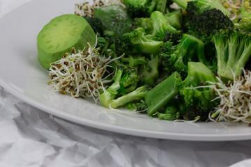 Kurzgebratene veganes Gemüse mit Sprossen