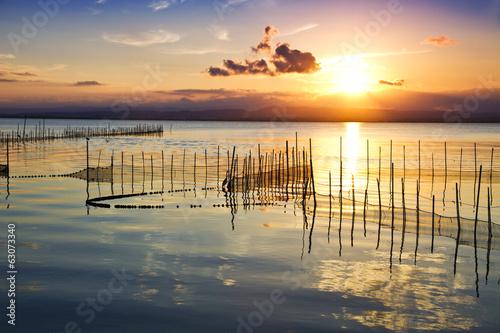 Fotobehang Een Hoekje om te Dromen cuando sale el sol sobre el agua