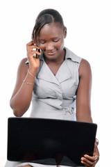 jeune femme devant son ordinateur portable