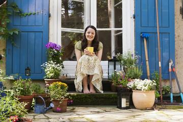 Junge Frau auf einer Terrasse, young woman on a patio