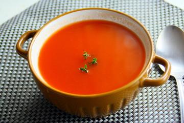 bol de potage de tomates
