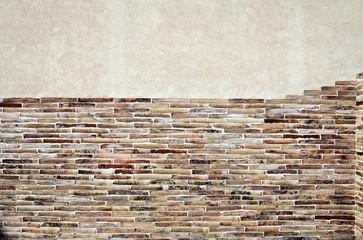 parete rivestita in parte con listelli di mattoni