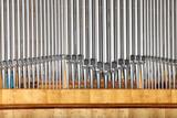 Organy piszczałkowe w szkole muzycznej, zbliżenie.