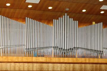 Organy piszczałkowe w szkole muzycznej.