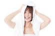 タオルで髪を拭く女性