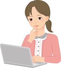 自宅でノートパソコンを使う女性