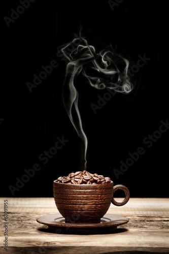 Papiers peints Café en grains Wooden cup with beans and woman-shaped smoke