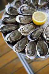 Plateau d'huîtres sur une table
