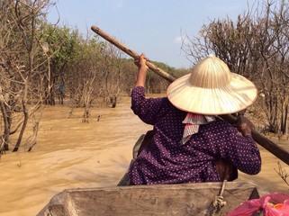 бабушка управляет лодкой