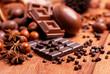 uova pasquali e cioccolato assortito sul tavolo di legno - 63094547