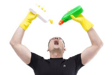Hausmann hält Chemikalien über Kopf & hält Mund auf