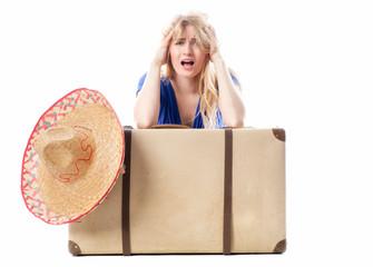 Blondes Mädchen mit Sombrero und Koffer
