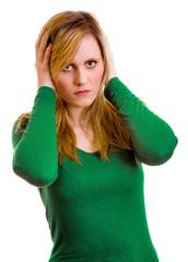 enttäuschte Frau hält sich die Ohren zu