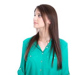 Junge Frau isoliert in grün blickt zur Seite