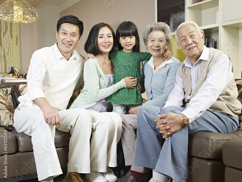 portrait three-generation asian family Plakat