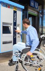 Rollstuhlfahrer am Ticketautomaten 2