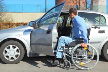 Rollstuhlfahrer beim Einsteigen in Auto 2