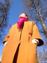 девушка в парке , вид снизу