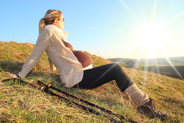 Schwangere Frau beim Wandern ruht sich aus 2