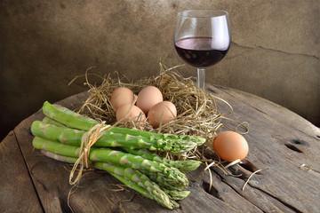 asparagi verdi e uova su nido