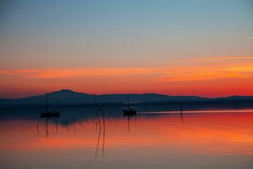 barche sul lago al tramonto