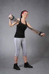 femme faisant du fitness avec un tendeur élastique