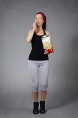 femme faisant du fitness en mangeant des chips