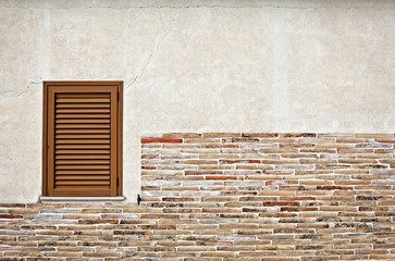 parete con finestra, rivestita di mattoncini