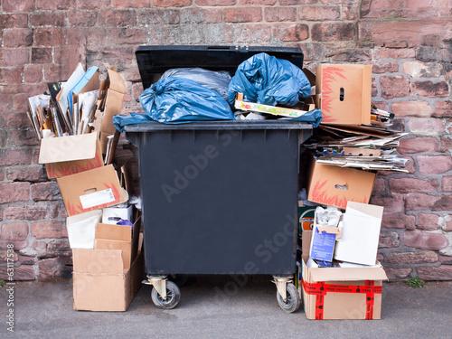 Leinwandbild Motiv Mülltonne am Straßenrand