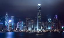 Photo prise de nuit de la place financière de Hong Kong et au port de Victoria
