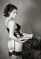 Девушка в нижнем белье с книгой