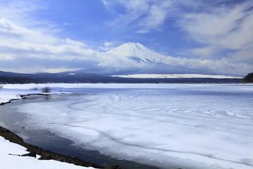 富士と氷結の山中湖