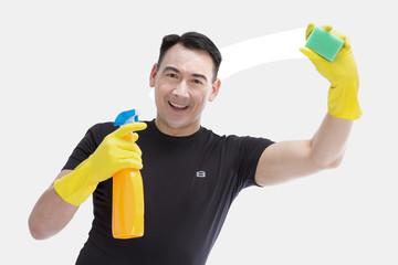 Hausmann reinigt das Fenster und lächelt