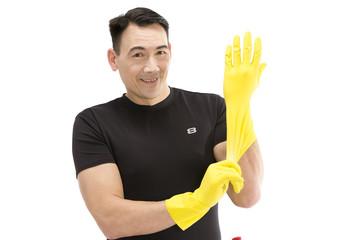 Männliche Reinigungskraft zieht Reinigungshandschuhe an